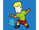 Menino a chutar a bola