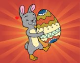 Coelho com enorme ovo de Páscoa